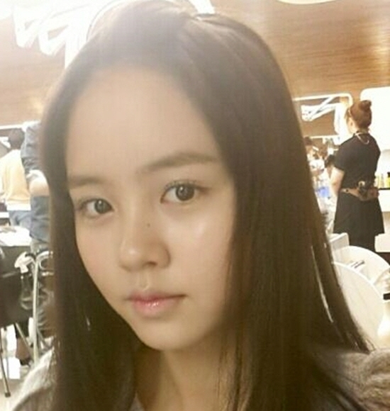 Kim So Hyun Snaps A Pretty Selca Without Her Bangs
