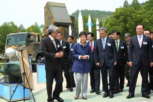 국방과학연구소 방문한 박근혜 대통령