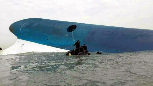 선체 진입시도하는 해군