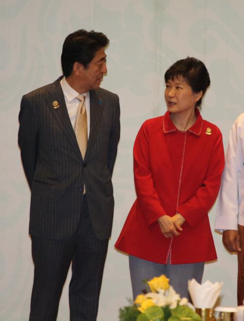 대화하는 박근혜 대통령과 아베 신조 일본 총리