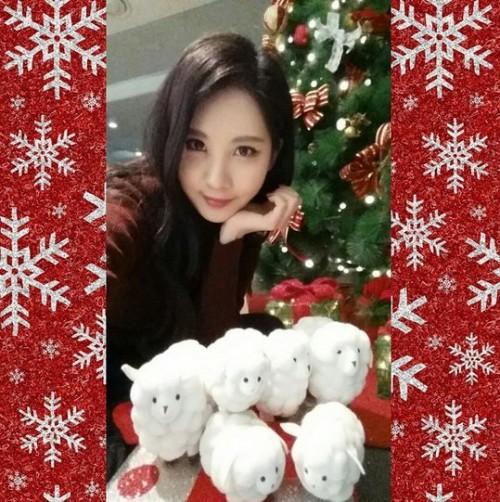 公开照片中徐贤周边圣诞装饰,身前的6只小白羊更是可爱吸人视线.