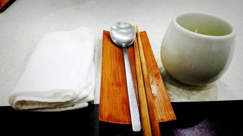 这是放在松木上的勺子和筷子