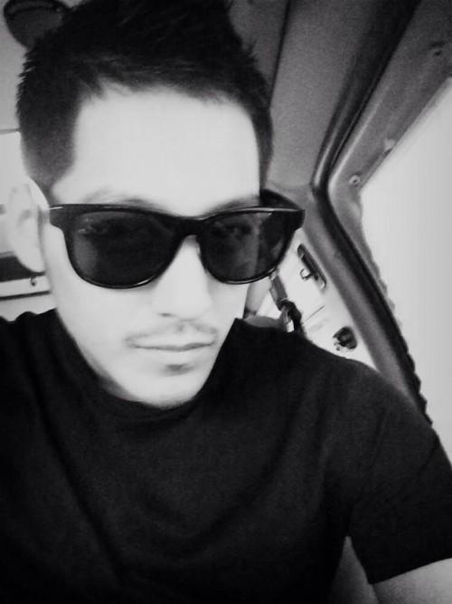 公开的黑白照片中,金范一改往日贵公子美男形象,胡渣+墨镜+黑衣.