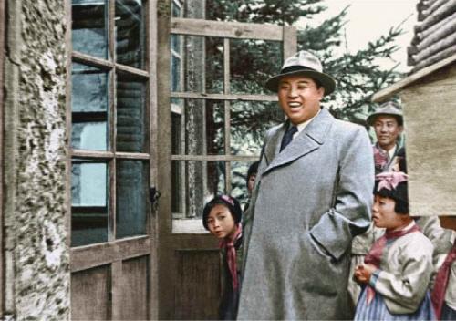 1956년 '보천보 전적지'를 둘러보는 김일성