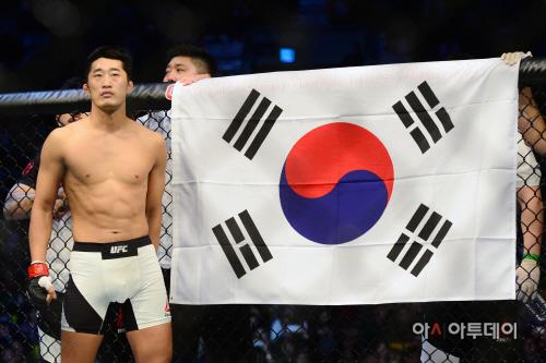 [포토]김동현 'UFC 서울에서 승리 태극기와 함께'