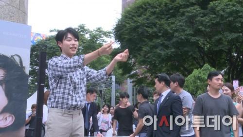 [AT스타영상] 류준열, 운빨로맨스 끝내고 팬들과의 만남에서 하트 난사!