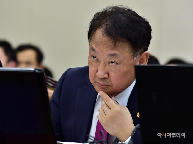 [포토] 유일호 경제부총리 '날카로운 눈빛'
