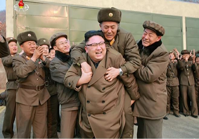 북한 국방과학자·기술자 등에 업는 김정은