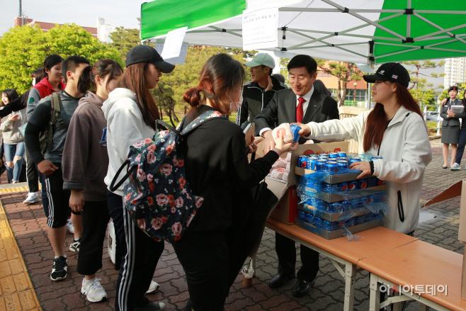 총장이 학생들에 험버거를 나눠주고 있다.