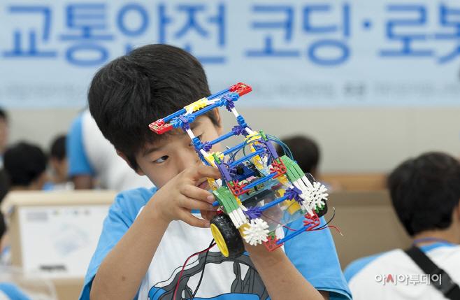 사진4_모형차 제작에 한참인 참여학생