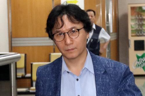 증인 출석하는 신장섭 교수<YONHAP NO-2712>