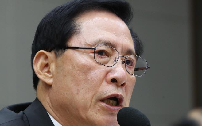 '전술핵 배치' 답변하는 송영무 국방장관