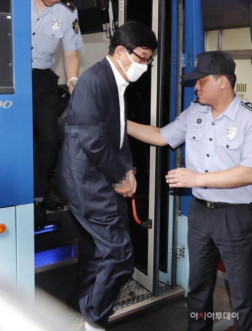 [포토] 검찰 소환 원세훈 '이명박 정부 국정원 정치공작 혐의'