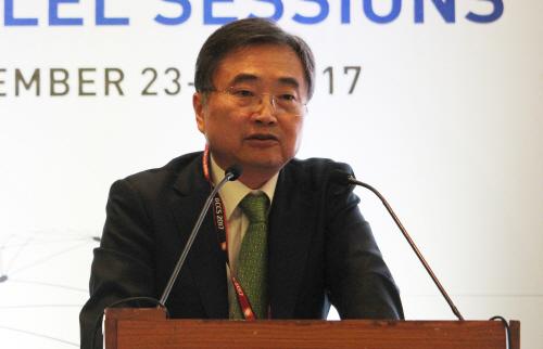 세계 사이버스페이스 총회에서 연설하는 조현 차관