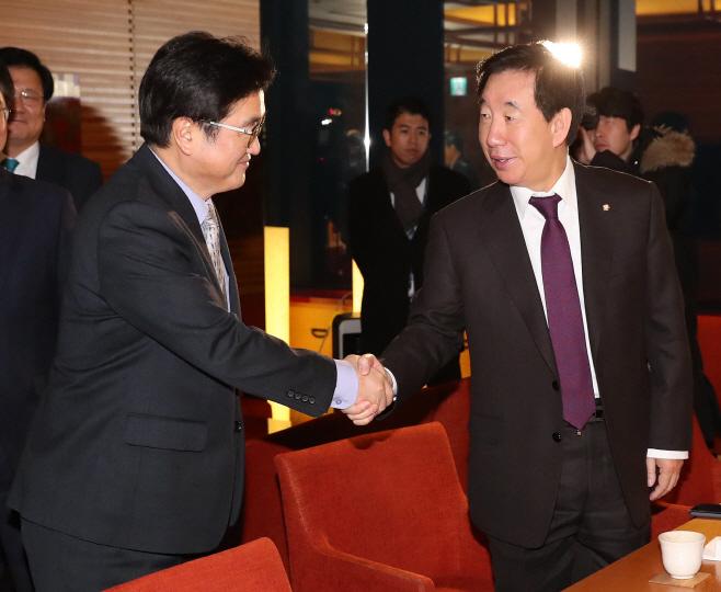 악수하는 우원식 원내대표와 김성태 원내대표