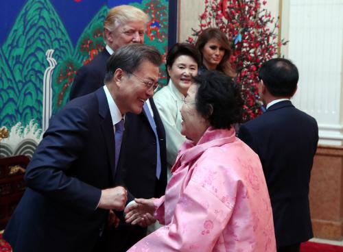 포옹하는 문 대통령과 위안부 피해자 이용수 할머니