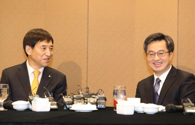 이야기 나누는 김동연 부총리와 이주열 총재<YONHAP NO-2040>