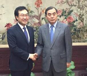 악수하는 한중 북핵 6자회담 수석대표<YONHAP NO-1267>