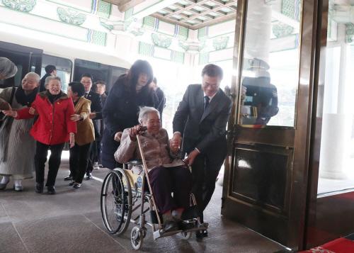 문 대통령, '위안부 피해 할머니 휠체어 잡고'