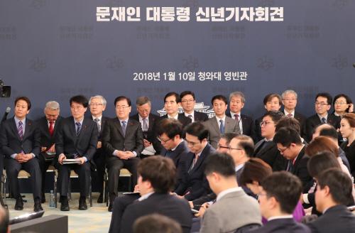 문 대통령 기자회견 참석한 청와대 참모들