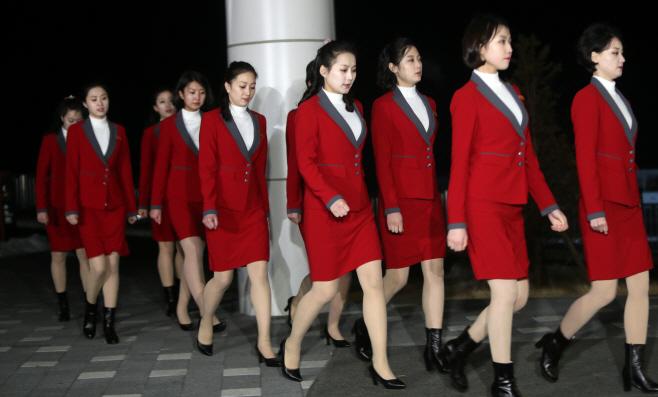 [올림픽] 줄지어 만찬장 이동하는 북한 응원단