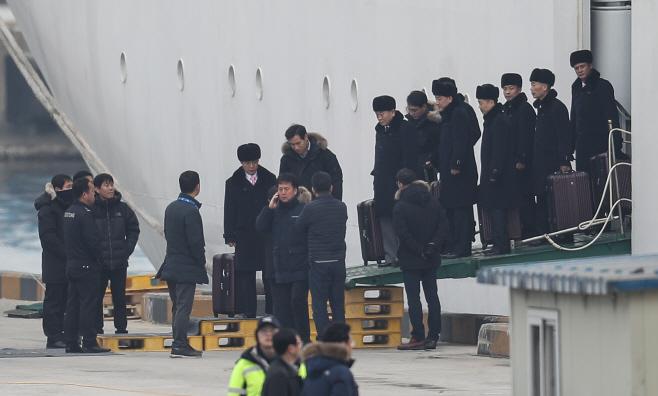 [올림픽] 만경봉92호에서 내리는 북한예술단