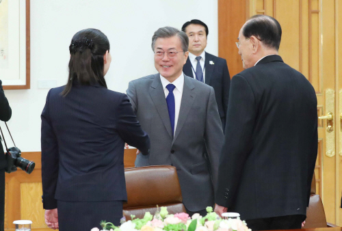 [올림픽] 문 대통령, 북한 김여정과 악수