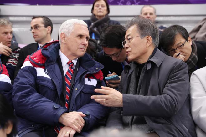 [올림픽]대화하는 문 대통령과 펜스 부통령