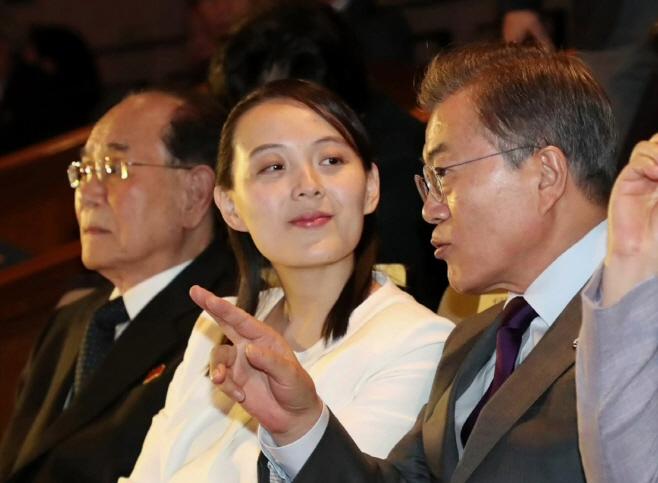 북TV, 대표단-문대통령 공연관람 사진 보도