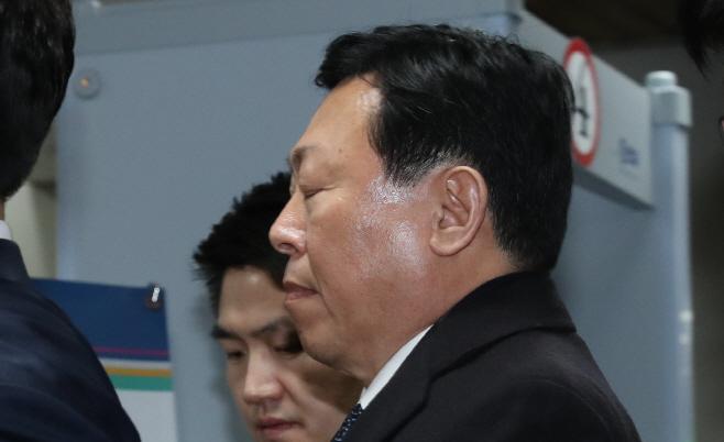 선고공판 출석하는 신동빈 회장<YONHAP NO-3057>