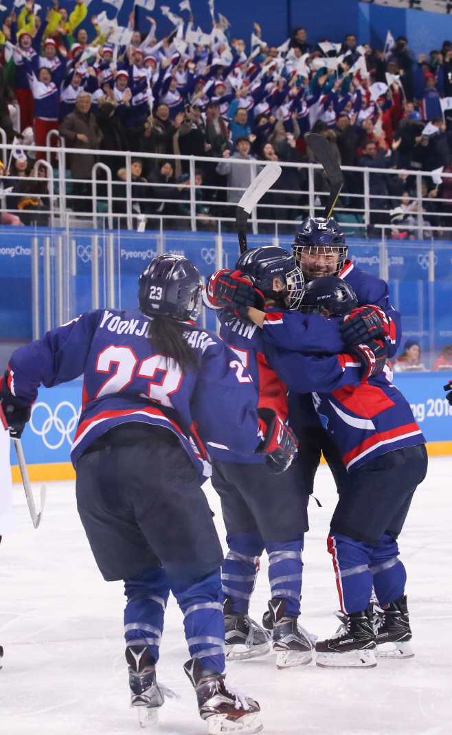 [올림픽] '여자 아이스하키 역사의 순간'<YONHAP NO-5863>