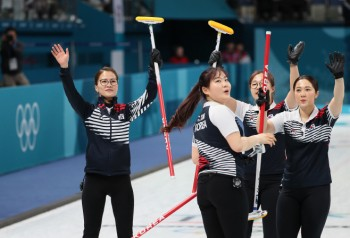 여자 컬링, 일본 제압하고 결승 간다...23일 일본과 4강전