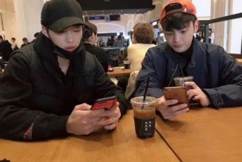 우도환, 김민재와 카페서 휴대폰 삼매경 '올블랙 패션' 눈길