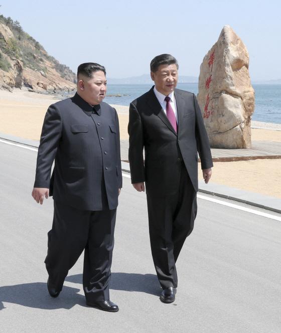 바닷가 거닐며 대화하는 시진핑과 김정은