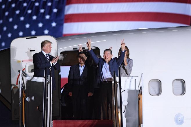 北억류 미국인 3명, 美앤드루스 기지 도착…트럼프 직접 마중