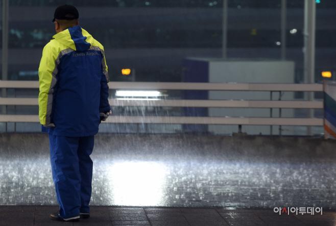 [포토] `공항에 쏟아지는 봄비`