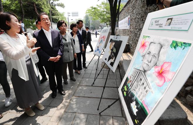 '나라를 지킨 여성영웅 33점 전시회' 감상하는 박원순
