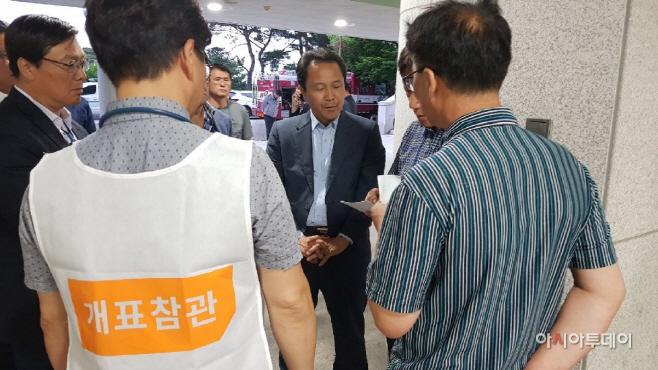 개표 이의 제기하는 이양호 한국당 후보 선거참관인