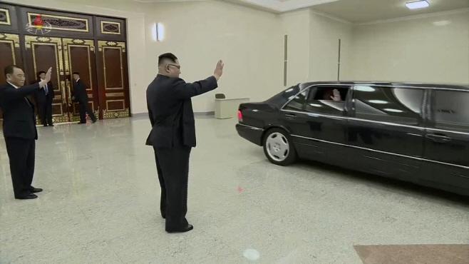 폼페이오 장관과 배웅하는 김정은 위원장