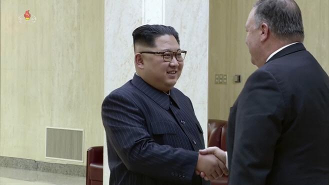 통역 없이 폼페이오 장관과 대화하는 김정은 위원장