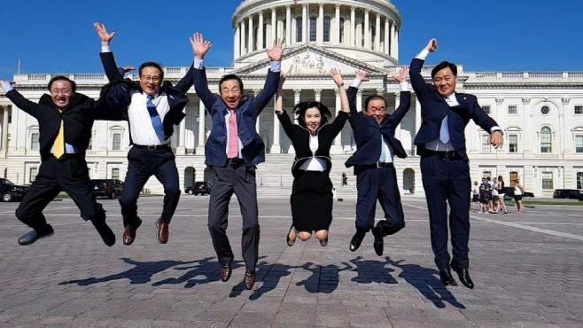 여야 5당 원내대표들, 미국 의사당 앞에서 펄쩍!