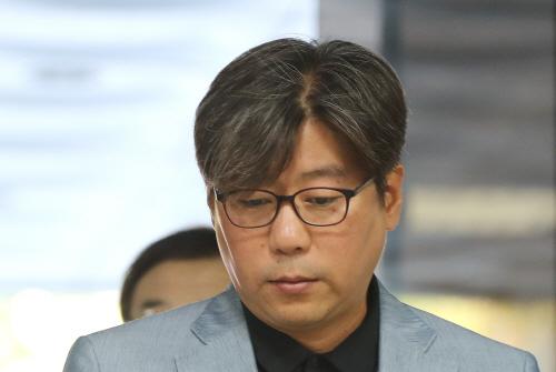 굳은 표정의 김도균 탐앤탐스 대표