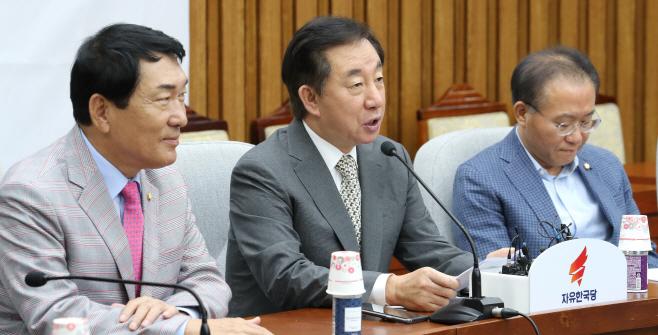 김성태, 원내대책회의에서 발언<YONHAP NO-1416>