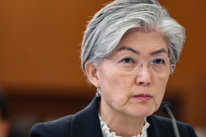 북한 핵폐기 관련 질의 듣는 강경화 외교부 장관