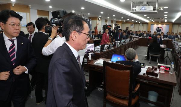 법사위 국감 퇴장하는 자유한국당 의원들