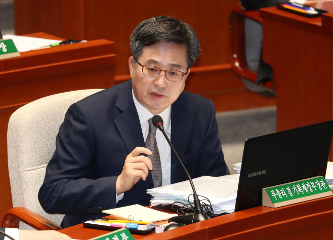 답변하는 김동연 경제부총리
