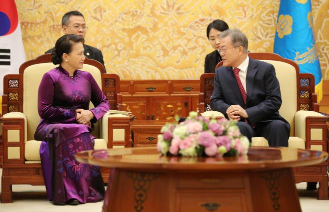 문 대통령, 응우옌 티 낌 응언 베트남 국회의장과 환담
