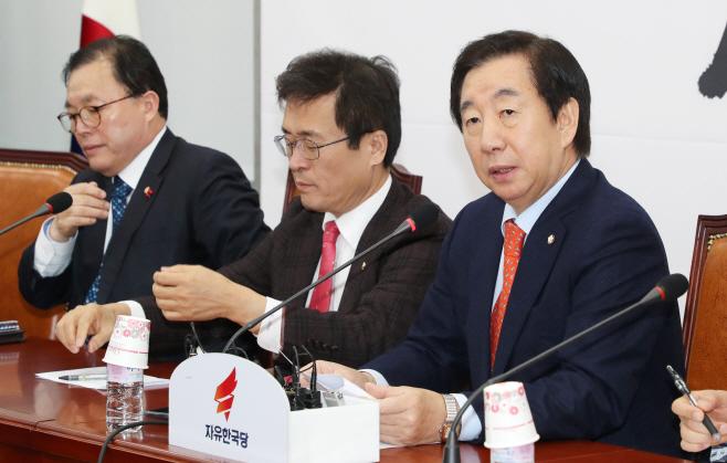 원내대책회의에서 발언하는 김성태<YONHAP NO-2418>