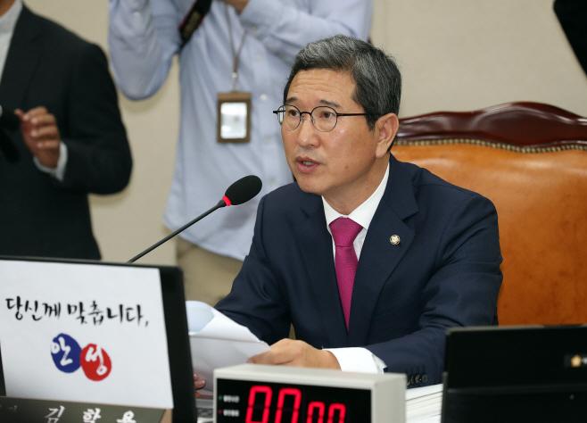 발언하는 김학용 환노위원장<YONHAP NO-3404>