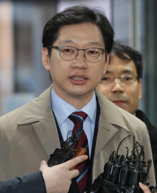 답변하는 김경수